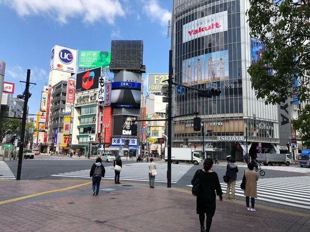 緊急事態宣言下のスクランブル交差点(東京・渋谷、4月)