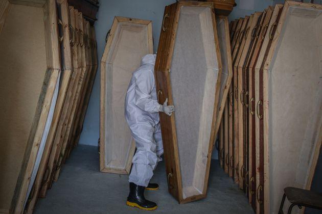 5월22일 브라질 마나우스에서 긴급 장례업체 직원이 빈 관을 정리하고