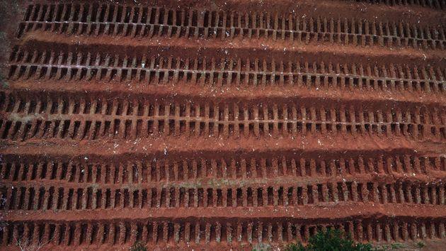 5월22일 브라질 상파울루 교외에 코로나19 감염 사망자들을 매장할 묏자리가 파져