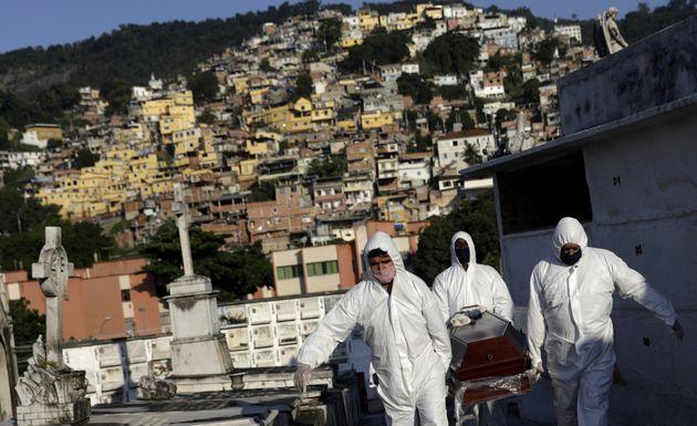 5월18일 브라질 리우데자네이루에서 70대 사망자의 시신을 운구하는