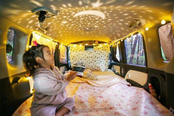 지난 14일 경기 가평군 설악면 '새와참새 캠핑장'. 경차 '레이' 차박을 온 이혜연씨의 딸 주은이가 차안에서 5000원짜리 무드등을 켰다.