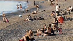 La policía vuelve a desalojar las playas de Barcelona, prohibidas aún al