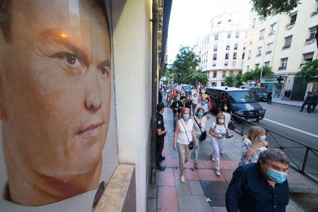 Una movilización contra el Gobierno junto a la sede socialista de Ferraz, en cuya fachada se expone...