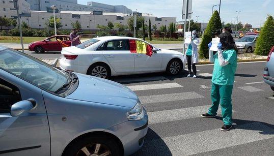 """""""Vuestras banderas no curan"""": Enfermeras se plantan ante los manifestantes contra el"""