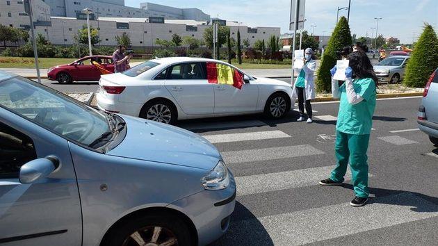 Enfermeras se encaran con manifestantes contra el
