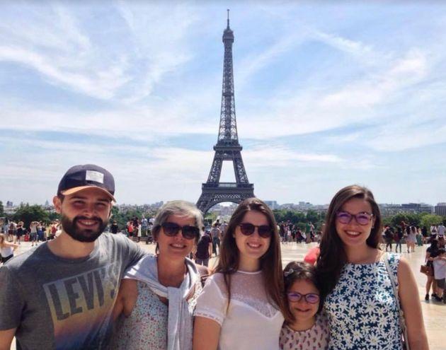 Deborah e os 4 filhos posando em frente à Torre Eiffel, em