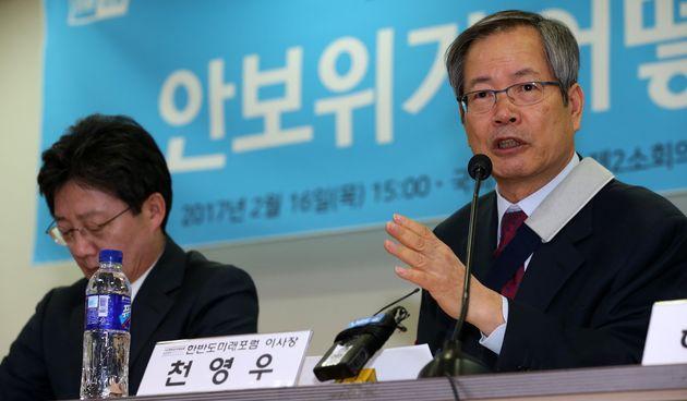 천영우 한반도미래포럼 이사장이 서울 여의도 국회 의원회관에서 열린 '안보위기, 어떻게 극복할 것인가?' 긴급토론회에서 발언하고 있다.