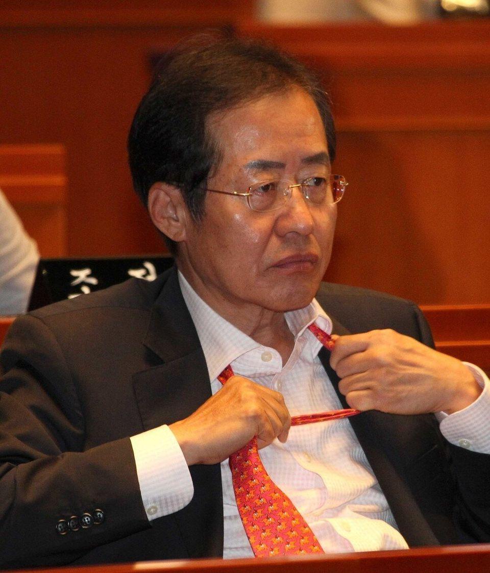 2011년의 당대표 시절은 짧았다. 의원총회에서 굳은 표정으로 넥타이를 고쳐 매는 위기의 남자 홍준표. 촬영 탁기형