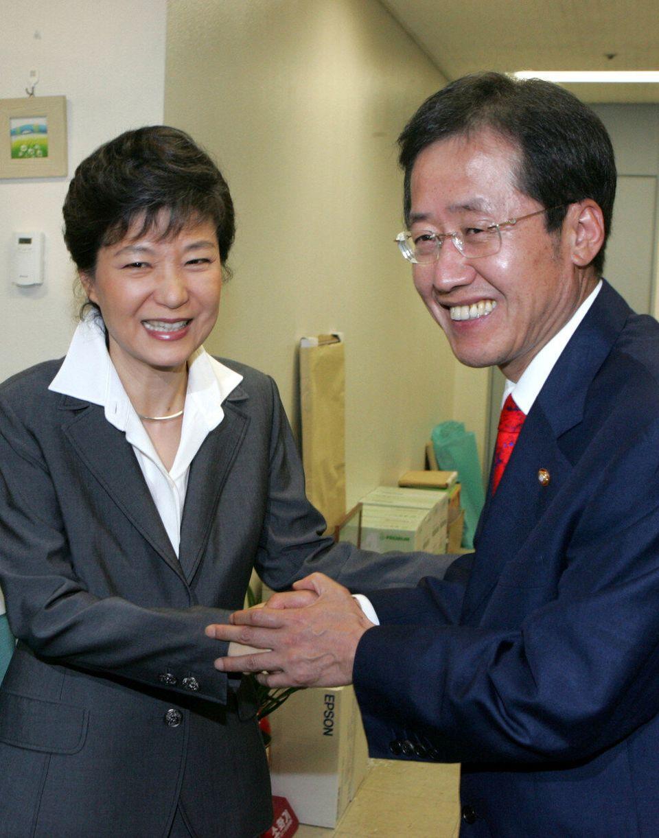 박근혜와 홍준표가 사진기 앞에서 친한 척 보이려고 애를 쓴다. 풍자만화 같은 두 사람의 어색한 표정이 아무리 봐도 질리지 않는다. 2008년에 강재훈 기자가