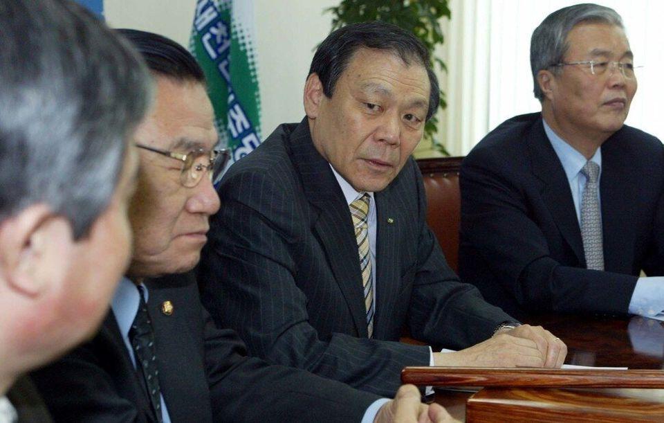 2004년에 열린우리당도 한나라당도 아닌 새천년민주당의 비례대표 의원이 되어 김종인은 국회에 돌아온다. 김봉규 기자가 조순형과 김종인을 나란히 사진에