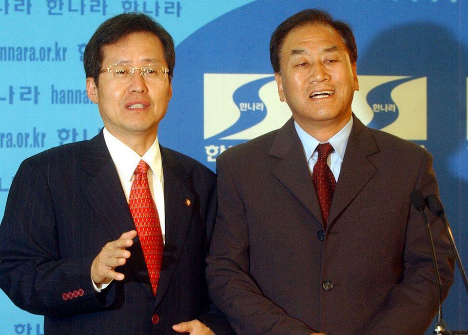 1996년에 홍준표와 이재오와 김문수는 신한국당의 개혁적인 초선 의원이었다. 2003년에 홍준표와 이재오는 당 지도부가 되었다. 그때는 당 이름이 한나라당이었다. 촬영 윤운식