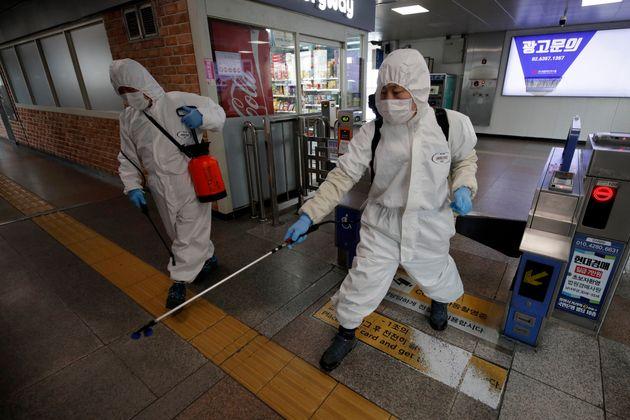 13일 서울의 한 지하철역에서 방역작업이 진행 중인