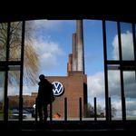 Un pensionato inchioda Volkswagen sul