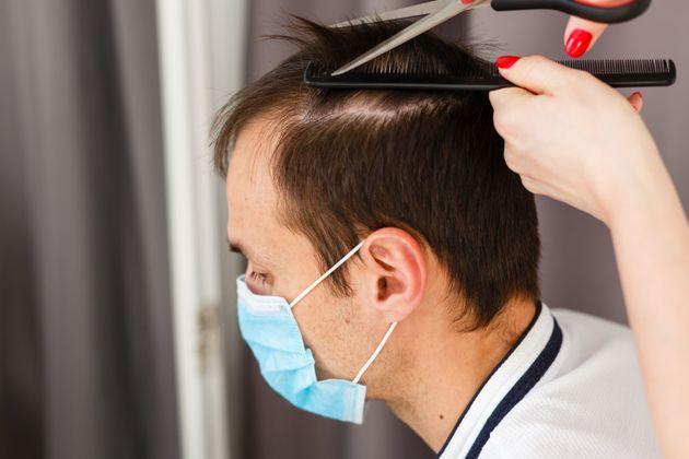 Due parrucchieri a lavoro con sintomi potrebbero aver contag