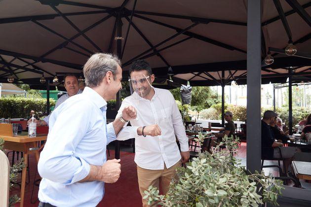 Ο Πρωθυπουργός Κυριάκος Μητσοτάκης επισκέφθηκε εμπορικούς δρόμους του