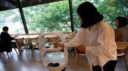 Στη Νότια Κορέα βγήκαν τη λύση για την τήρηση των αποστάσεων στα καφέ: Τον μπαρίστα