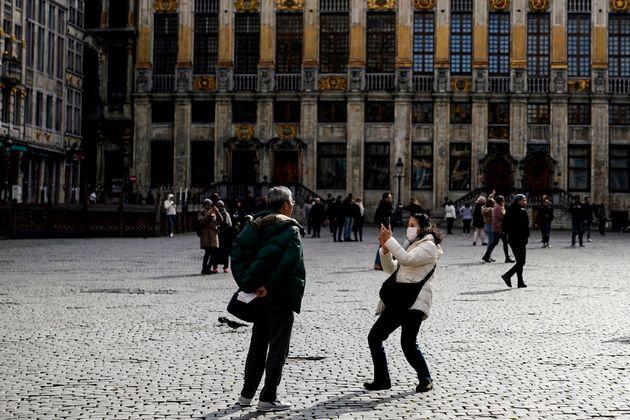 Unos turistas se hacen fotos en la Grand-Place de Bruselas, en