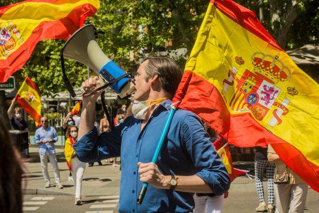 Un asistente a la manifestación convocada por Vox contra el Gobierno, en