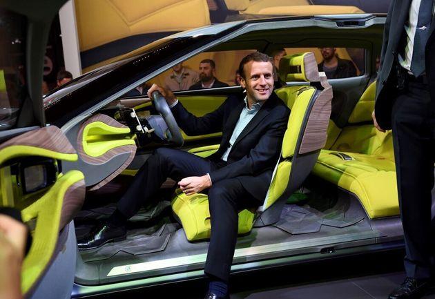 Emmanuel Macron (ici en octobre 2016 au Salon de l'Auto) va présenter son plan pour la filière automobile...