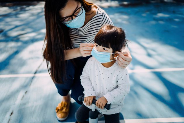 마스크를 쓰는 아이.