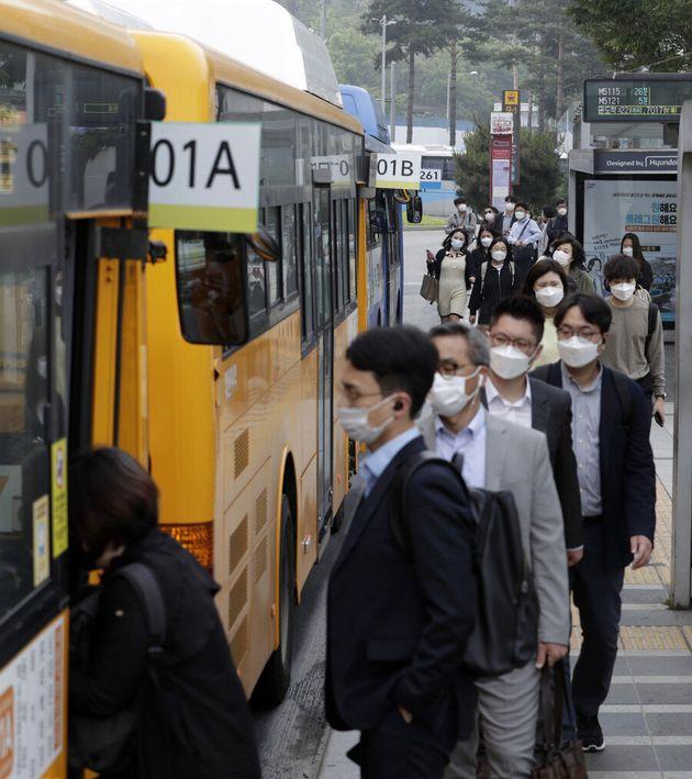 마스크를 안 쓰면 버스나 택시, 지하철 등 대중교통을 이용할 수 없게된 26일 오전 서울 중구 서울역 버스환승센터에서 시민들이 마스크를 쓰고 버스에 오르고