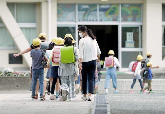緊急事態宣言が解除され、分散登校が始まった小学校=5日18日午前、愛知県北名古屋市