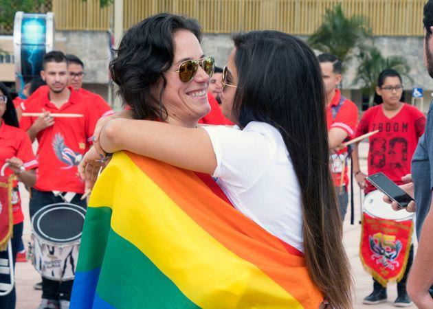 最高裁の前で開かれた同性婚を求めるデモで、抱き合うカップル(2018年8月)