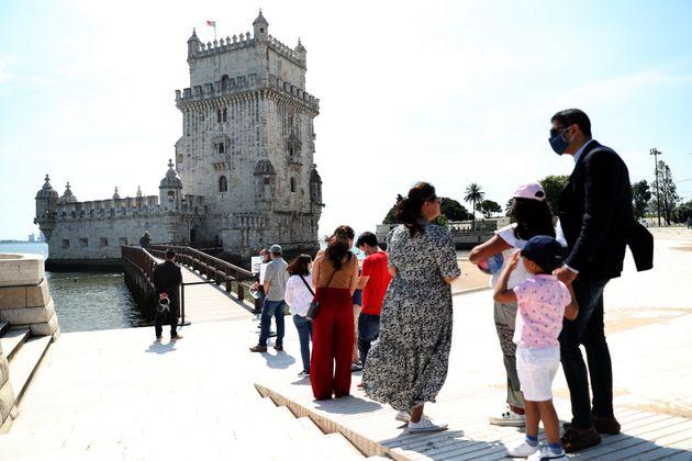 Un grupo de turistas visita la torre de Belem, en Lisboa