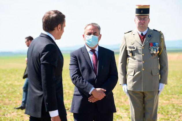 Emmanuel Macron et Xavier Bertrand lors de la commémoration de la bataille de Montcornet le 17