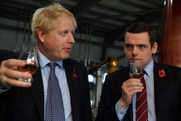 Imagen de archivo de Boris Johnson (izq) y Douglas Ross