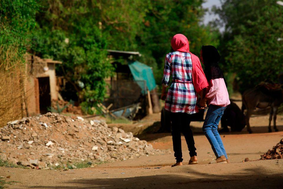 Γυναίκες περπατούν σε συνοικία της πρωτεύουσας του Σουδάν.