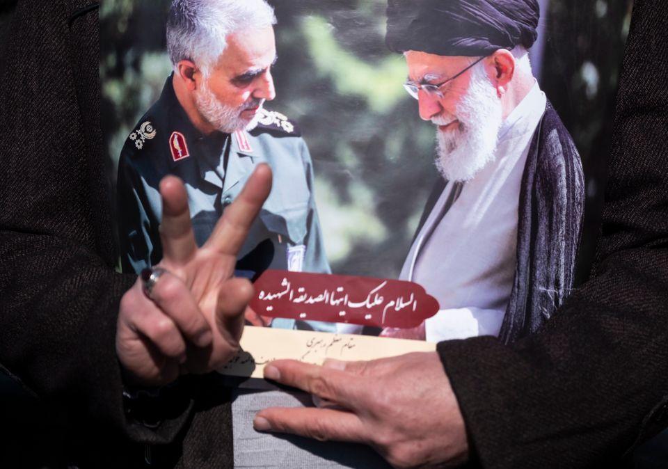 Πόστερ με τον Σουλεϊμανί και τον Ανώτατο Ηγέτη, Αγιατολάχ Χαμενεϊ