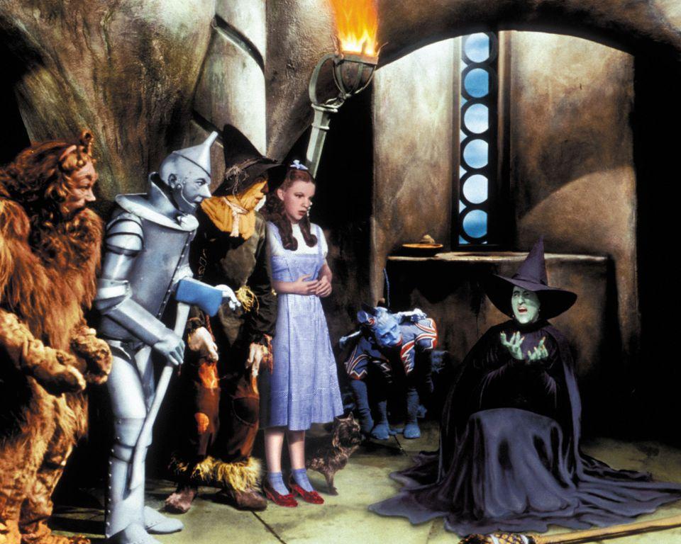 Da esquerda para a direita: Bert Lahr, Jack Haley, Ray Bolger, Judy Garland e Margaret Hamilton em O...