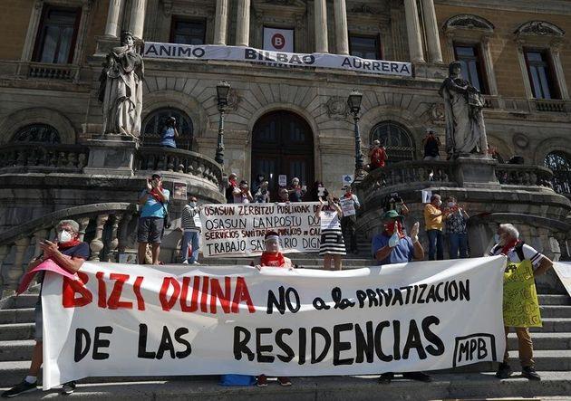 Cientos de pensionistas vizcaínos han vuelto a concentrarse el 25 de mayo frente al Ayuntamiento...