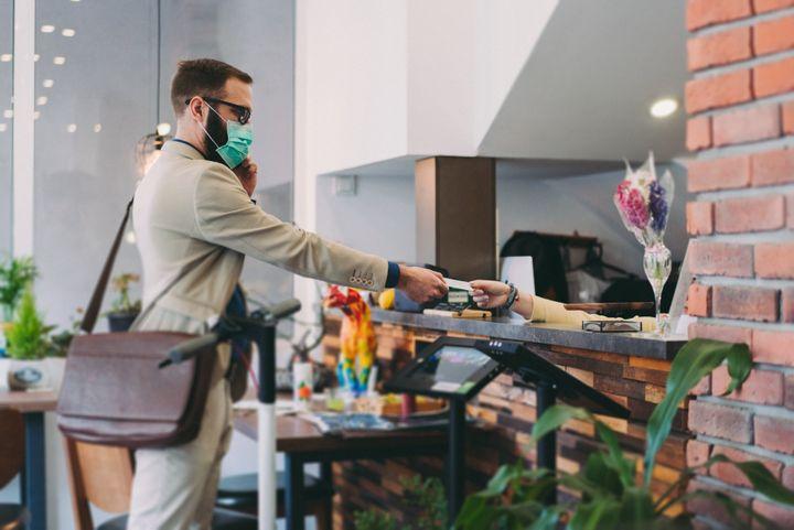 Muchos hoteles ya requieren que los huéspedes y el personal usen máscaras.