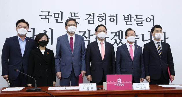 5월25일 국회에서 열린 통합당 위안부 할머니 피해 진상규명 TF 1차 회의에 참석한 의원들. 곽상도 의원은 왼쪽에서 세 번째에 서