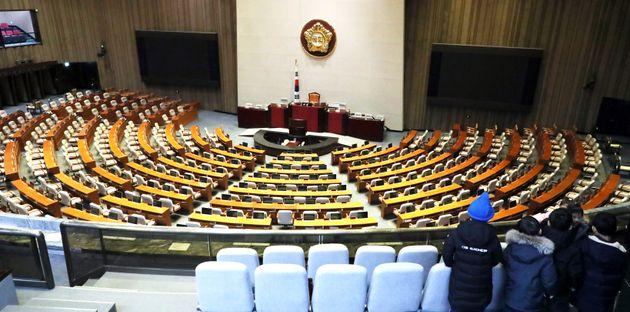 지난해 12월 3일 서울 여의도 국회로 견학온 아이들이 텅빈 본회의장을 바라보고 있다. 이날 여야는 패스트트랙 선거제 개혁안과 검찰개혁안을 놓고 대치 국면을 이어가고 있는 가운데 검찰개혁법안이...