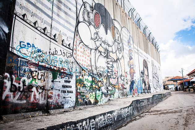 まるで刑務所のような壁が街をぐるりと包囲している。(ベツレヘム/2018.2)