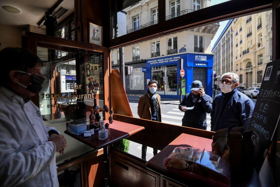 Des clients commandant à emporter au restaurant Le Mesturet, dans le 2e arrondissement de Paris,...