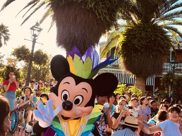 人気キャラクター・ミッキーマウスと触れ合う来園者ら
