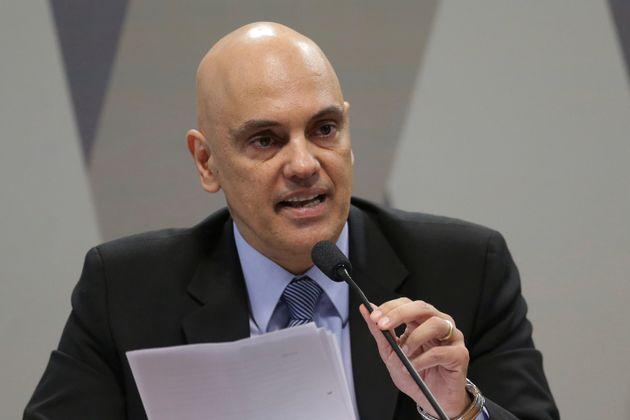 Logo na primeira semana, Alexandre de Moraes já determinou o bloqueio de contas de internet que...