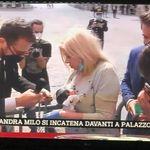 Sandra Milo incatenata davanti a Palazzo Chigi viene ricevuta da
