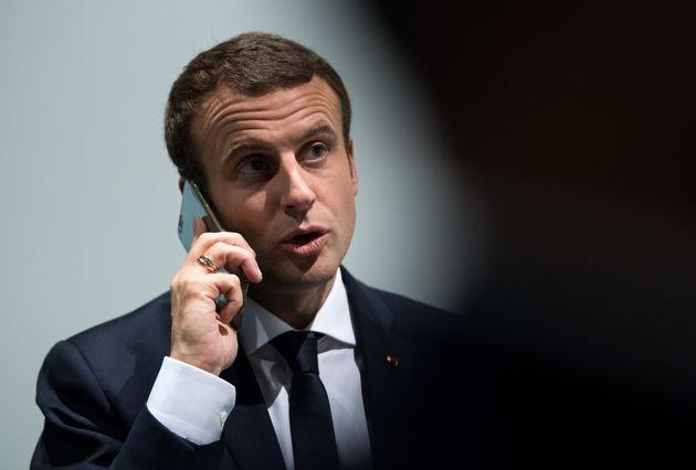 Emmanuel Macron photographié au téléphone en marge du G7 en 2017