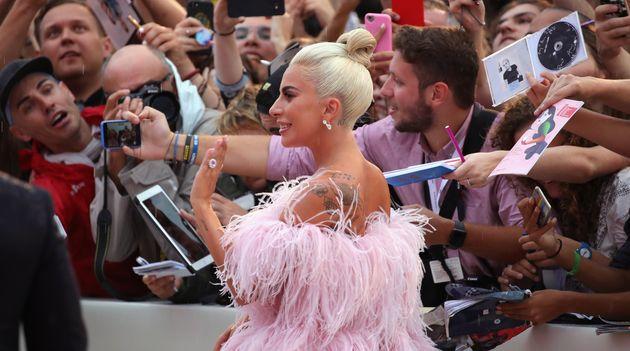 Lady Gaga adresse un petit geste de la main aux