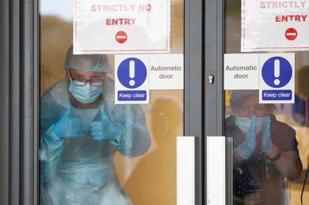 Κορονοϊός: Τι είναι το «σύστημα εξέτασης και ιχνηλάτησης» που θέτει σε εφαρμογή η