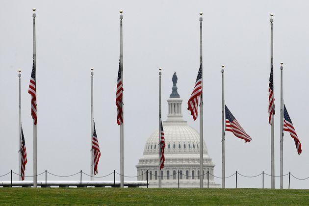 Le 22 mai, les drapeaux américains, comme ici à Washington, ont été mis en...