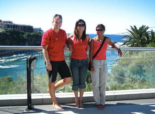 約10年前、ニュージーランドを旅する前に滞在していたオーストラリアで友達と。ここも海と自然が綺麗だった。なぜみんなで赤を着ているかは謎。