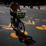 Face au succès de la prime pour réparer son vélo, le gouvernement triple le