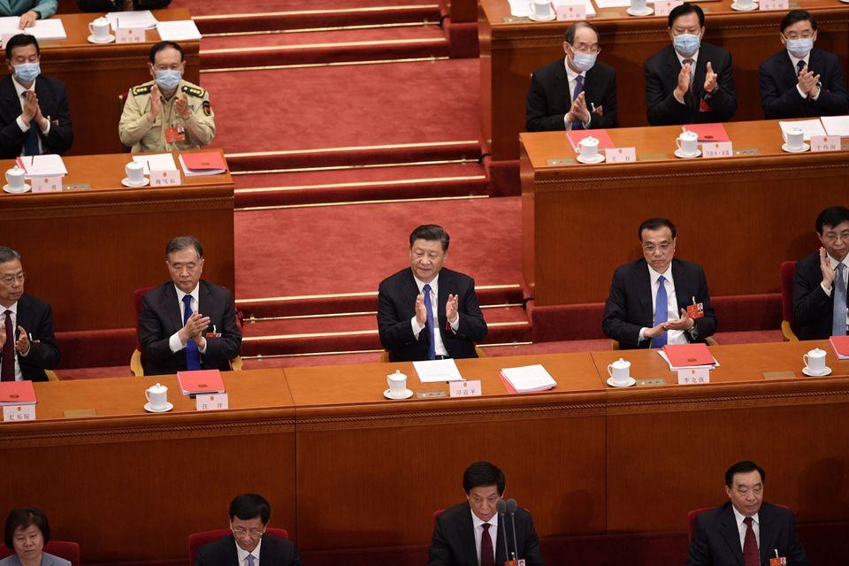 5월28일 시진핑을 비롯한 의원들이 법 통과에 박수를 치고