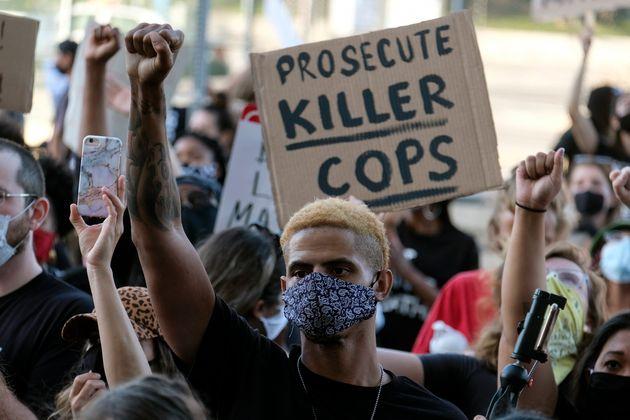 Δεύτερη μέρα βίαιων διαδηλώσεων στη Μινεάπολη μετά τον θάνατο Αφροαμερικανού στα χέρια λευκών